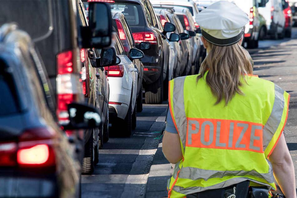 In Lippendorf, südlich von Leipzig, hat ein Irrer mit einem Spaten auf fahrende und geparkte Autos eingeschlagen. (Bildmontage)