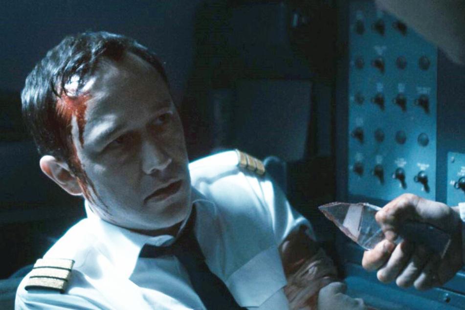 Co-Pilot Tobias Ellis (Joseph Gordon-Levitt) wird von Terroristen überrascht, die das Cockpit stürmen.