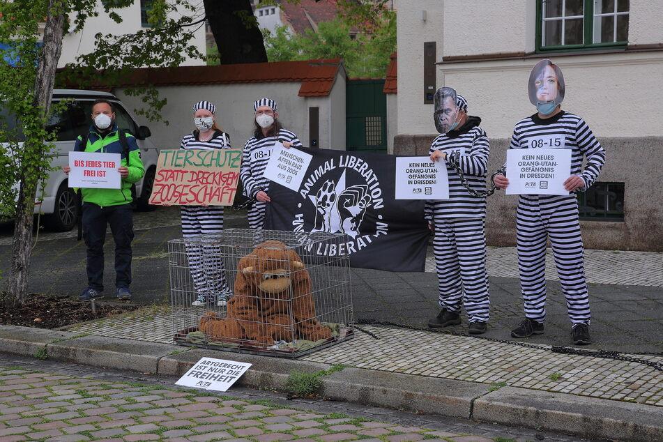 Vor der Messe wurde gegen eingesperrte Menschenaffen protestiert. Der Rat genehmigte den Neubau dennoch.