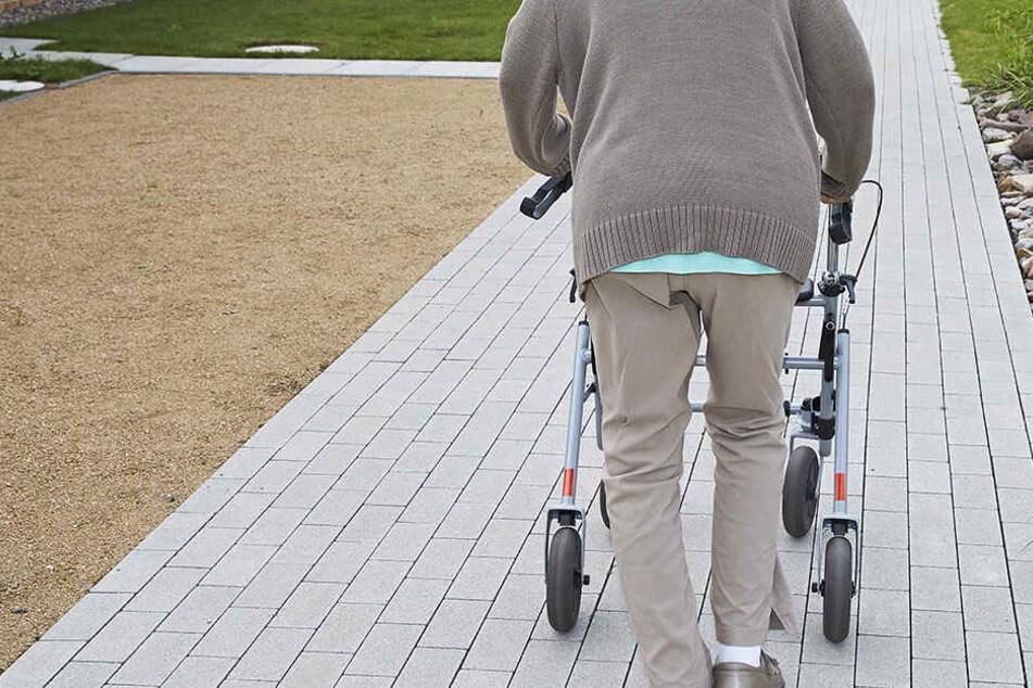 Auf dem Heimweg wurde eine Rentnerin überfallen (Symbolbild).