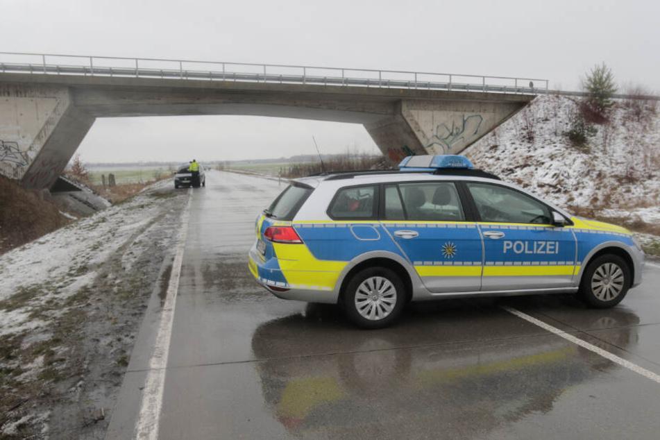 Am Samstag krachten bei winterlichen Straßenverhältnissen zwei Pkw frontal zusammen.