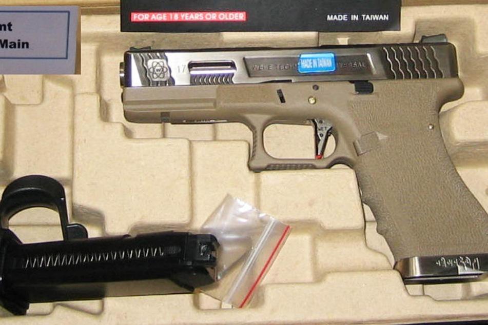 Das Foto zeigt eine der beschlagnahmten Pistolen.