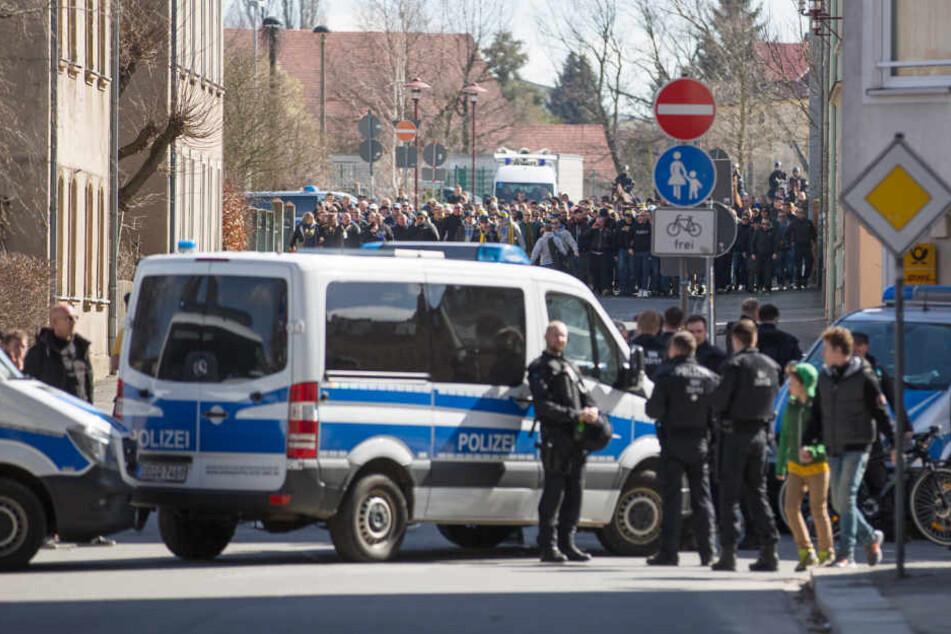Bei den Ausschreitungen wurden auch Polizisten und Ordner verletzt.
