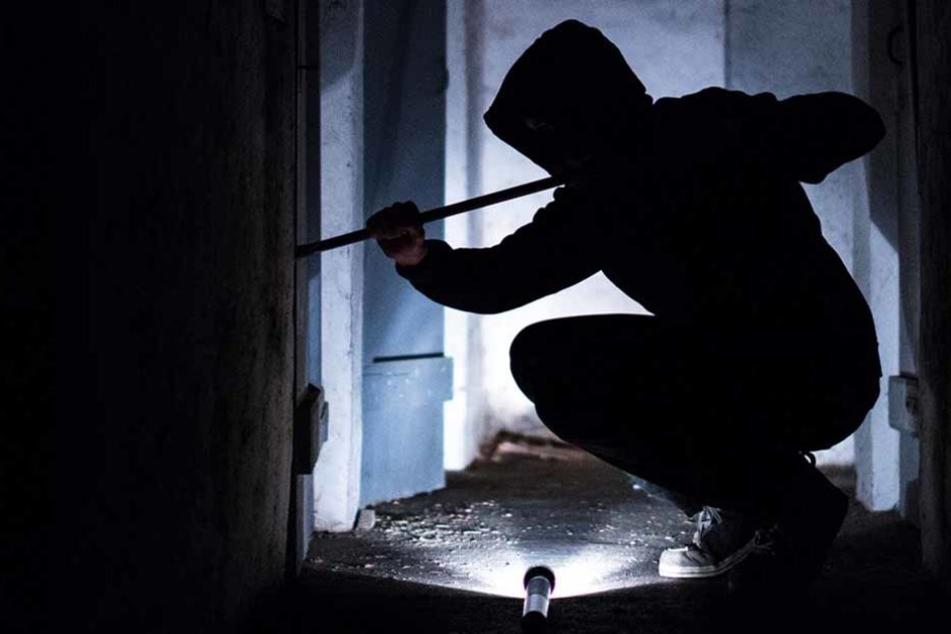 Einen besonders nachlässigen Einbrecher hat die Polizei in Malterdingen geschnappt. Er war nach seinem Bruch auf der Couch eingeschlafen. (Symbolfoto)