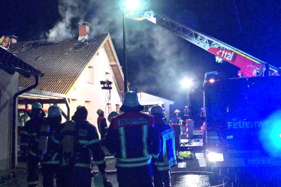 Vom Blitz getroffen! Wohnhaus-Brand bei Würzburg in der Nacht