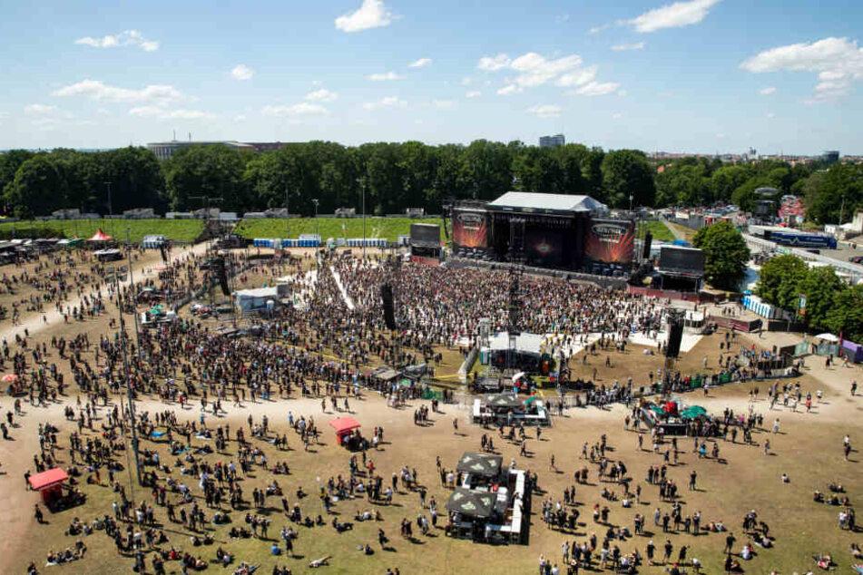 """Besucher des Open-Air-Festivals """"Rock im Park"""" gehen über das Gelände zur Zeppelin-Stage."""