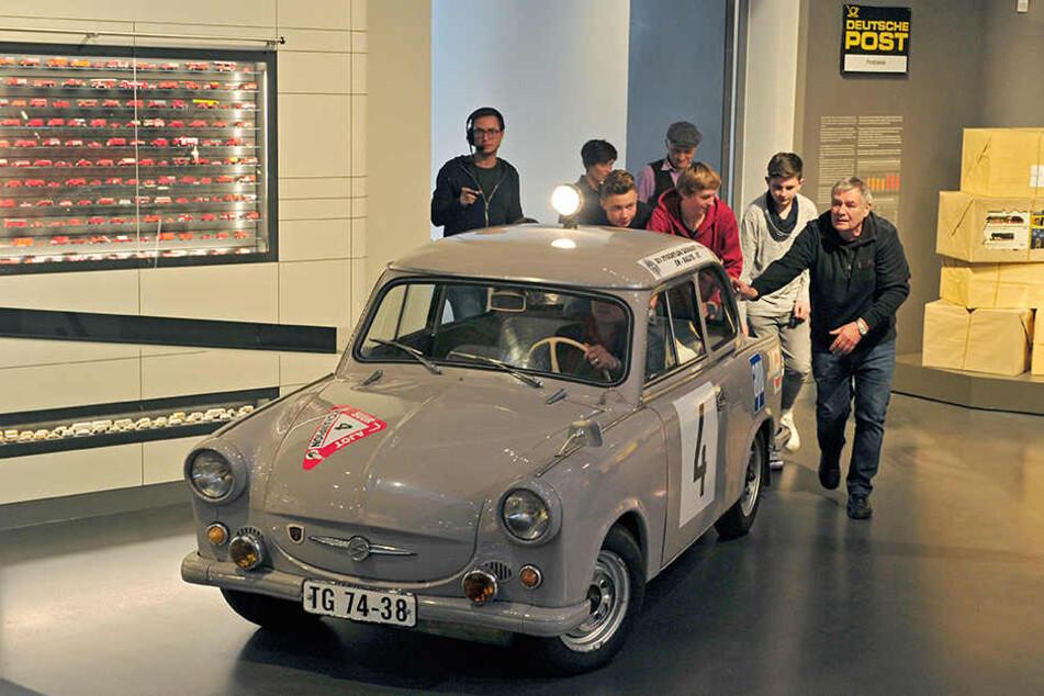 Die Schüler der Zwickauer Humboldtschule schoben ihren Trabi in die Ausstellung im Horch  Museum.