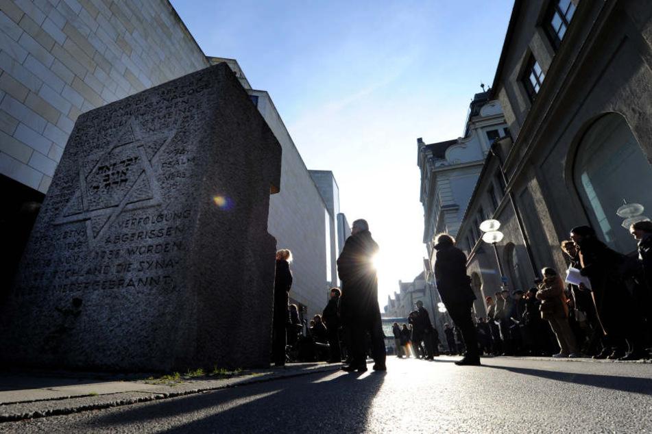 Am Gedenksteines ehemaligen Hauptsynagoge werden die Namen der über 1000 Opfer verlesen.
