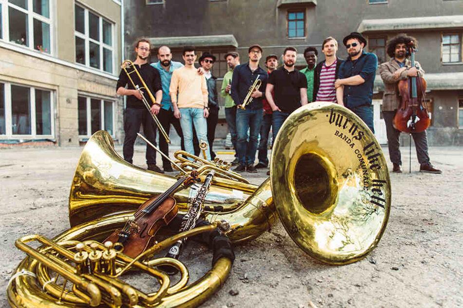 """Für mitreißende musikalische Höhepunkte sorgt beim """"Hutfestival"""" die Banda Internationale aus Dresden."""