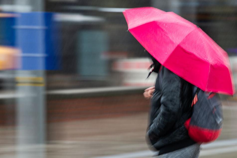 Ohne Regenschirm solltet Ihr heute nicht raus gehen. (Symbolbild)