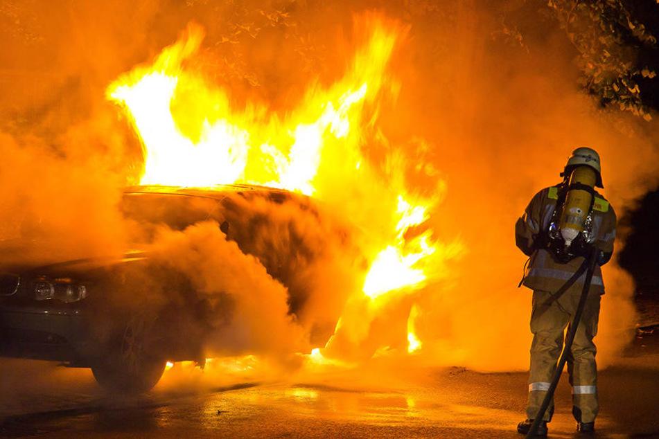In der Nacht zum Freitag stand die Reifen von vier Autos in kürzester Zeit in Brand. (Symbolbild)