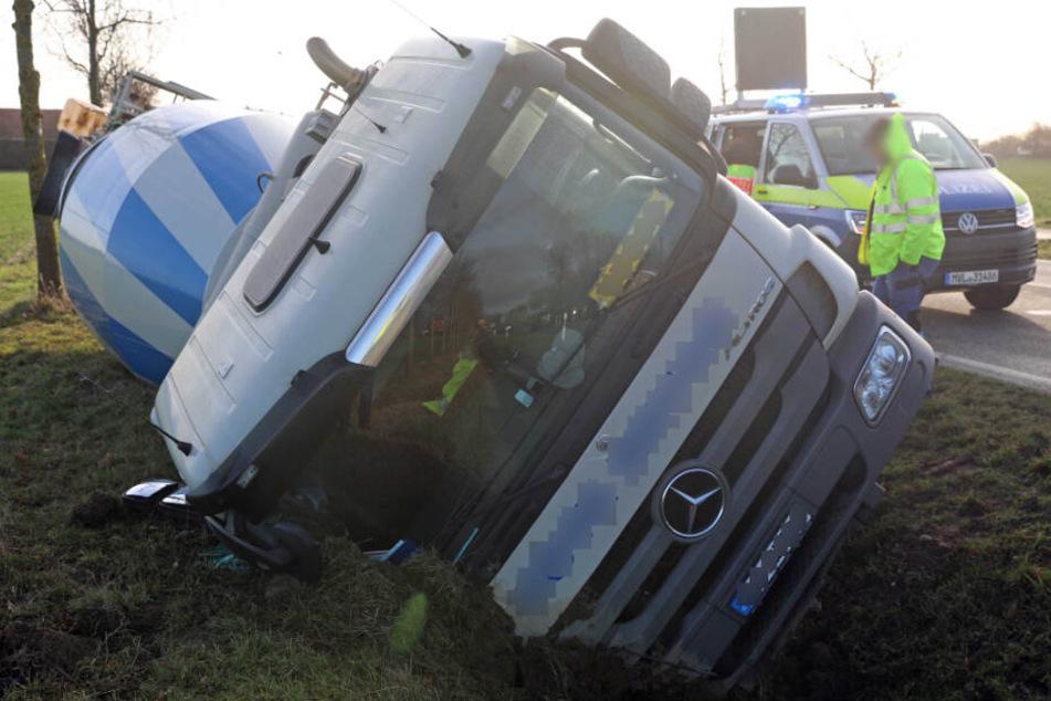 Der Lastwagen kippte auf die Beifahrerseite.