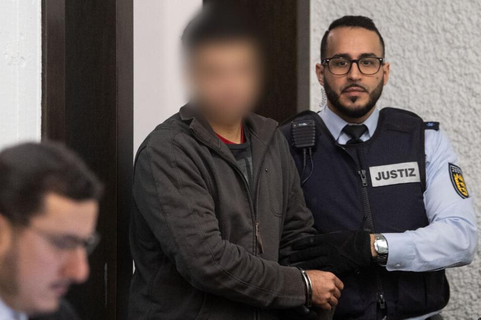 Der Angeklagte (Mitte) im Januar vor Gericht.