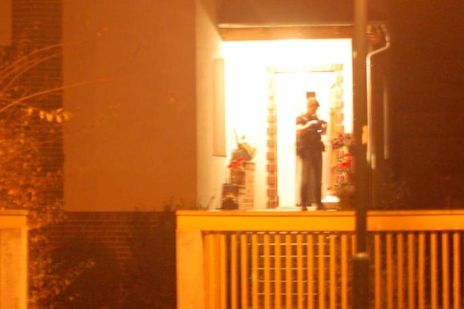 Mehrere Polizeibeamte durchsuchten am späten Donnerstagabend zwei Objekte in der Naunhofer Lenaustraße.