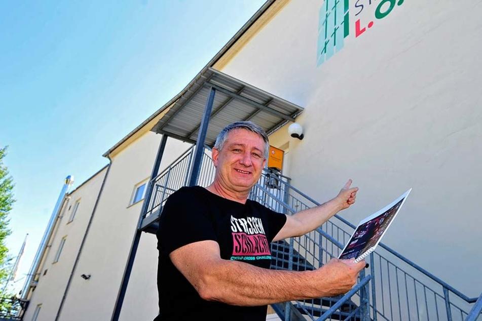Da müsst ihr rauf! Stadthallenchef Wolfgang Dorn (56) vor der Metalltreppe zum Hintereingang der Stadthalle