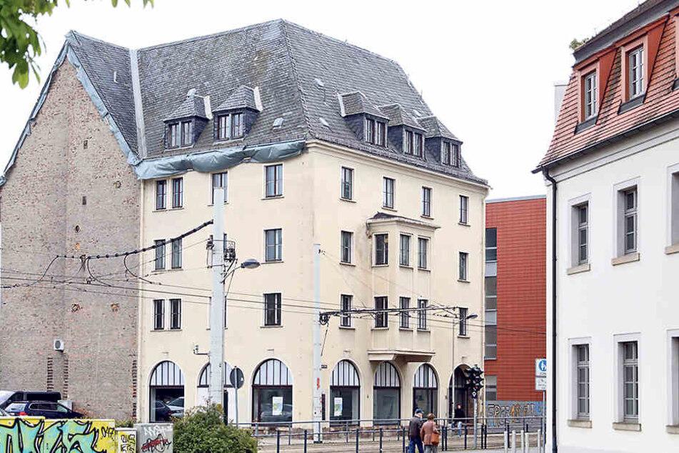 Ausgedient: Nach fast 70 Jahren wird das ehemalige Hygieneinstitut  abgerissen. Deshalb müssen die dort heimischen Falken umziehen.
