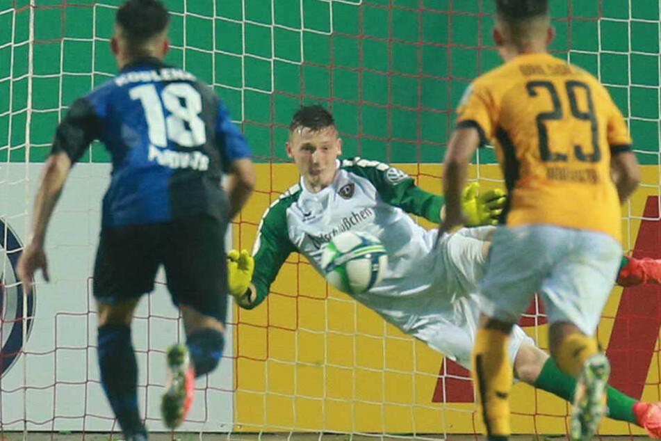 Markus Schubert parierte den Elfmeter des Koblenzers Andreas Glockner (Nr. 18) und ersparte seinen Dynamos damit eine Verlängerung.