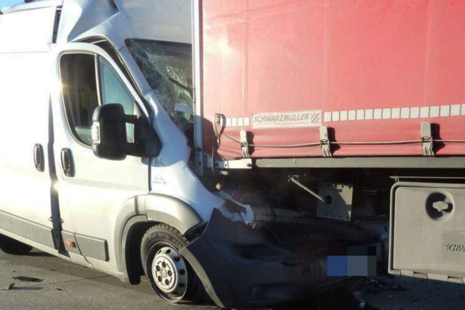 Unfall auf der A9: Transporter wird zwischen Lastern eingequetscht