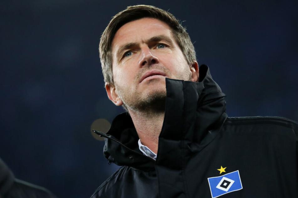 Hamburgs Sportdirektor Ralf Becker steht vor dem Spiel am Platz.