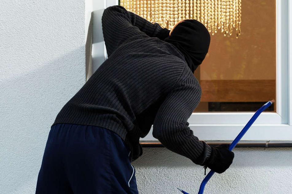 Zwei Männer sind am Abend in eine Wohnung in einem Mehrfamilienhaus in der Ahornstraße eingestiegen.
