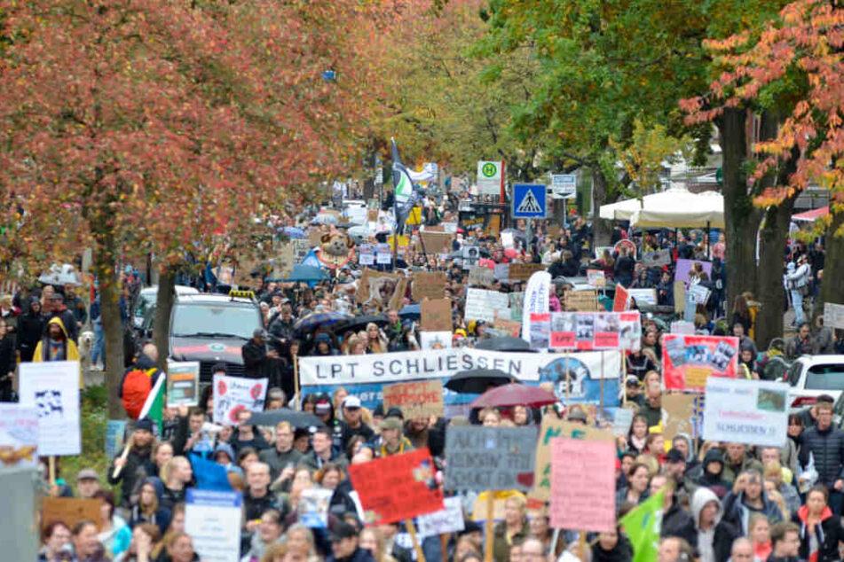 Tausende Menschen demonstrieren in Hamburg gegen Tierversuche.