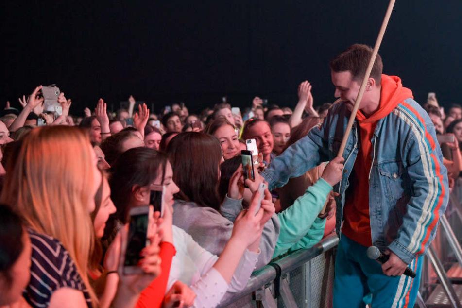Selfie mit den Fans: Star-DJ Felix Jaehn zeigte sich im Hamburger Mehr Theater den Fans ganz nahe.
