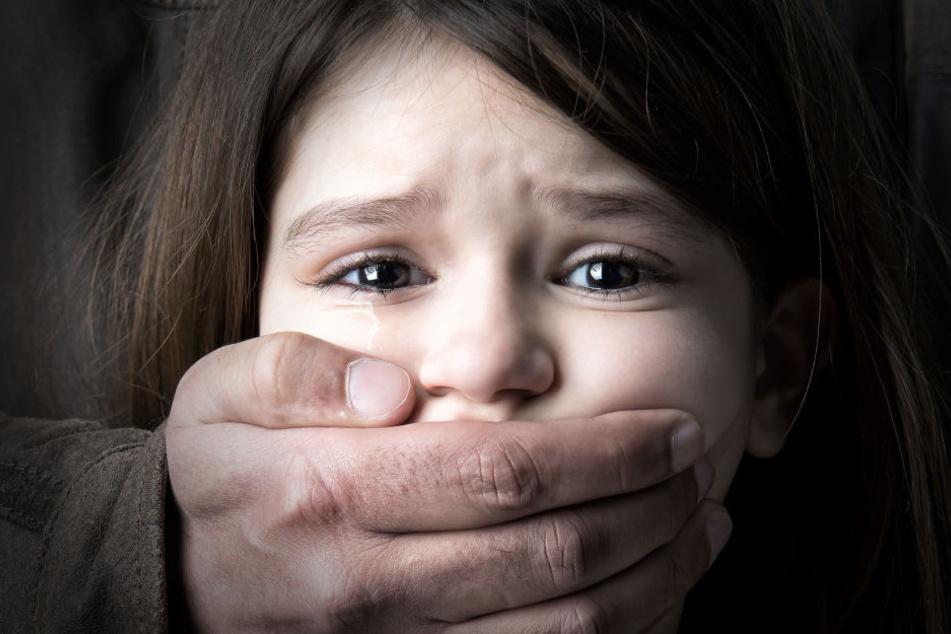 Der Angeklagte wollte das Kind angeblich an einem unbekannten Ort missbrauchen. (Symbolbild)