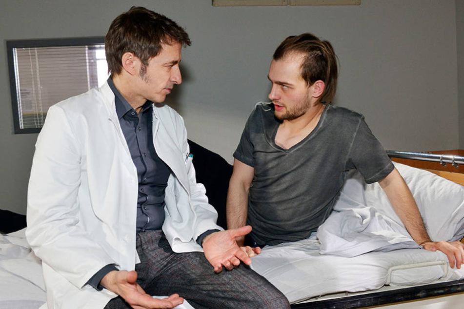 Chris (Eric Stehfest) kommt in der Klinik einfach nicht an Sunny ran.