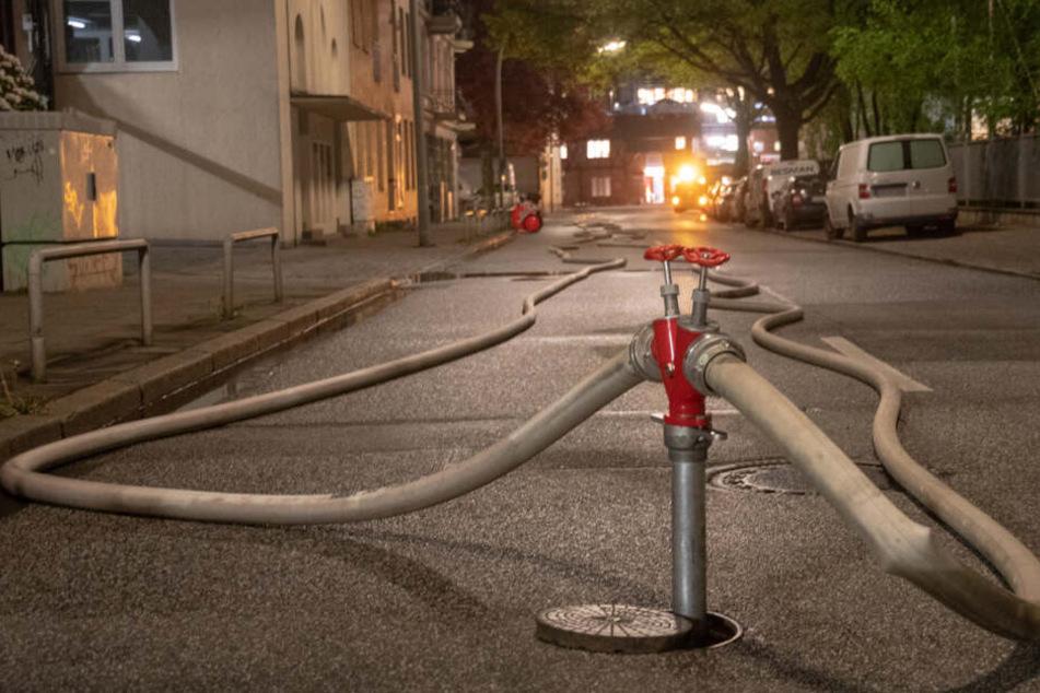 Mehrere Brände haben die Feuerwehren in Hamburg in der Nacht in Atem gehalten.