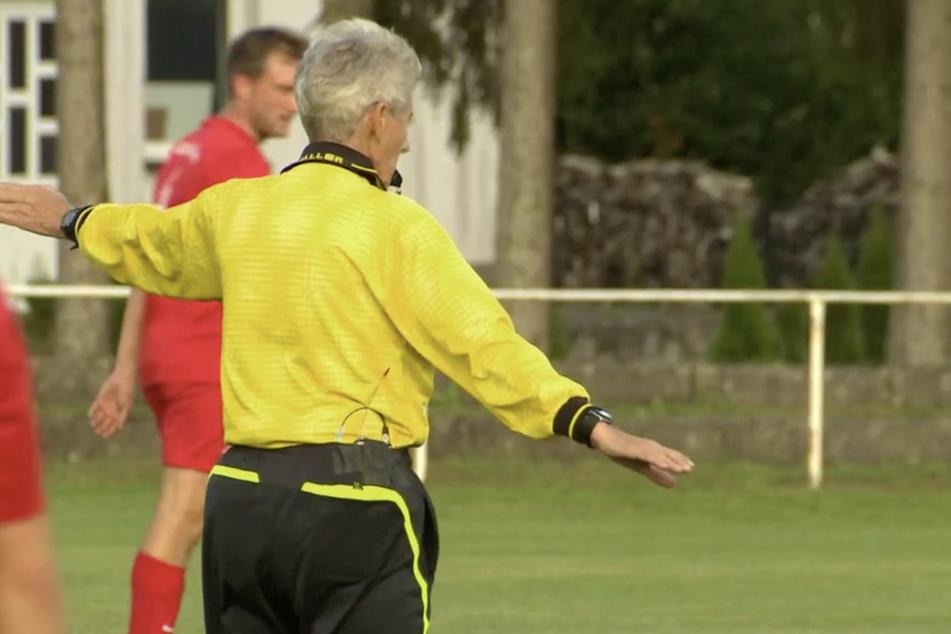 Schiedsrichterin Heidi Wegner (76) in Action.