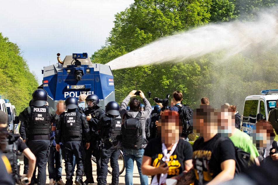 Die Polizei ging mit Wasserwerfern unter anderem im Großen Garten gegen die krawallbereiten Fans vor.