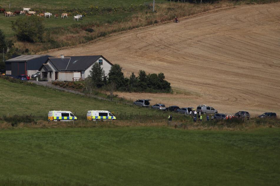 Fahrzeuge von Einsatzkräften stehen in der Nähe des Ortes, an dem der Zug in Stonehaven entgleist ist.