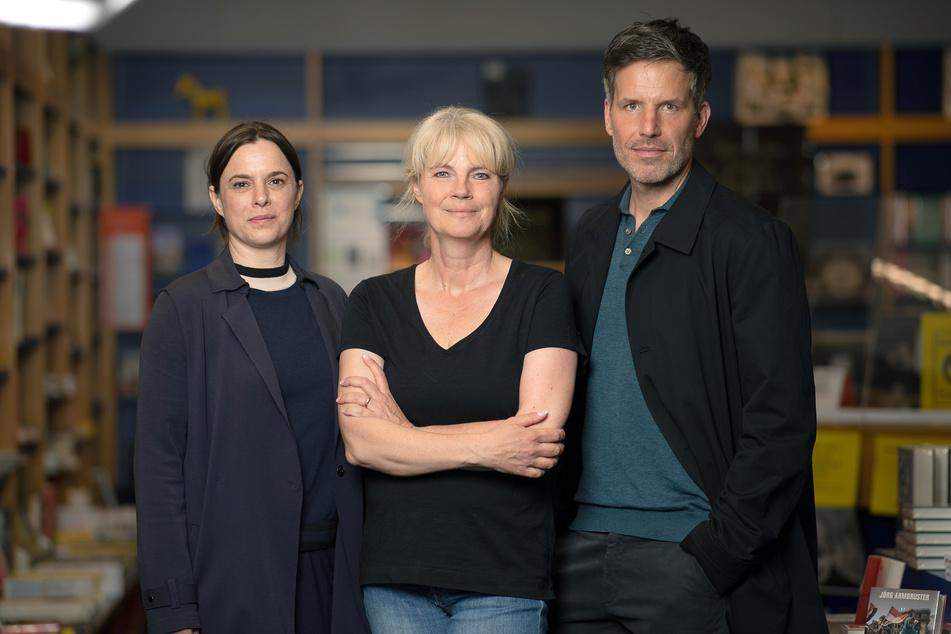 """Von links nach rechts: Annika Kuhl (48), Schauspielerin, Nele Neuhaus (53), Autorin der Buchvorlage der Taunuskrimis, und Schauspieler Tim Bergmann (49) stehen am Set des ZDF-Taunuskrimis """"Muttertag""""."""