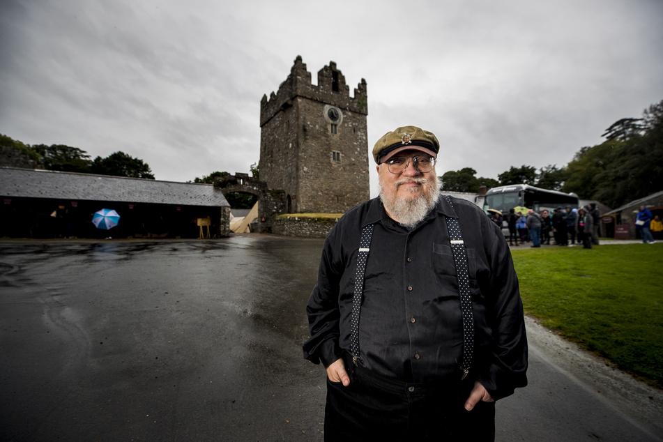 """Der amerikanische Schriftsteller George R. R. Martin (72) vor dem fiktiven Schloss Winterfell in Nordirland, wo Szenen aus der Serie """"Game of Thrones"""" gedreht wurden."""