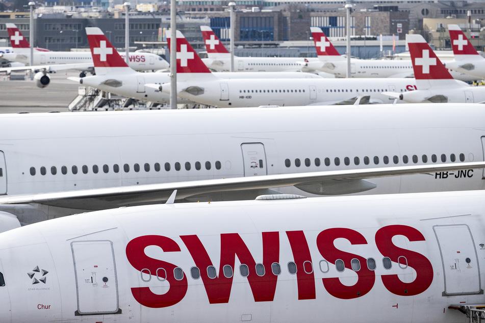 """Die Fluggesellschaft """"Swiss"""" stütze sich bei der Impfpflicht auf Klauseln in den Gesamtarbeitsverträgen des Cockpit- und Kabinenpersonals, die eine solche Maßnahme unter diesen Umständen vorsähen, hieß es."""