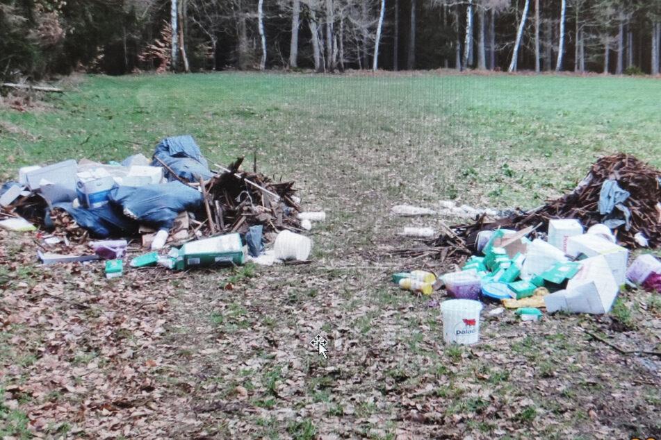 Vogtland: Hausmüll im Wald entsorgt, Polizei sucht Zeugen