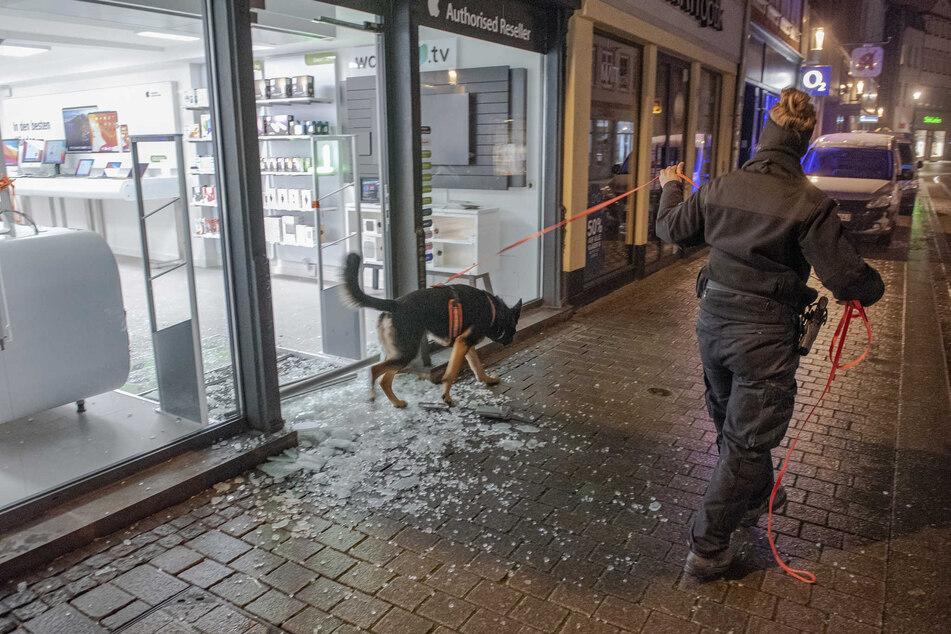 Einbruch in ein Handyladen in der Erfurter Altstadt: Am Dienstagmorgen suchte die Kriminalpolizei mithilfe eines Spürhundes nach Spuren.