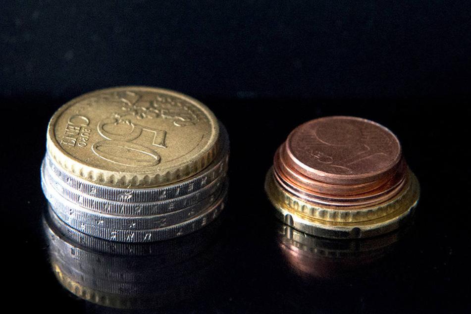 Der bisherige Mindestlohn von 8,84 Euro in zwei Münzstapeln.