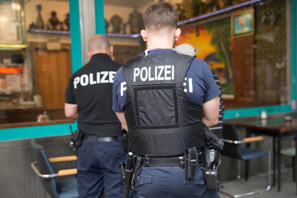 Die Polizei ist mit mehreren Beamten am Kottbusser Tor. (Symbolbild)