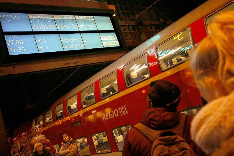 """""""Zugverkehr läuft an"""", steht auf den Anzeigetafeln."""