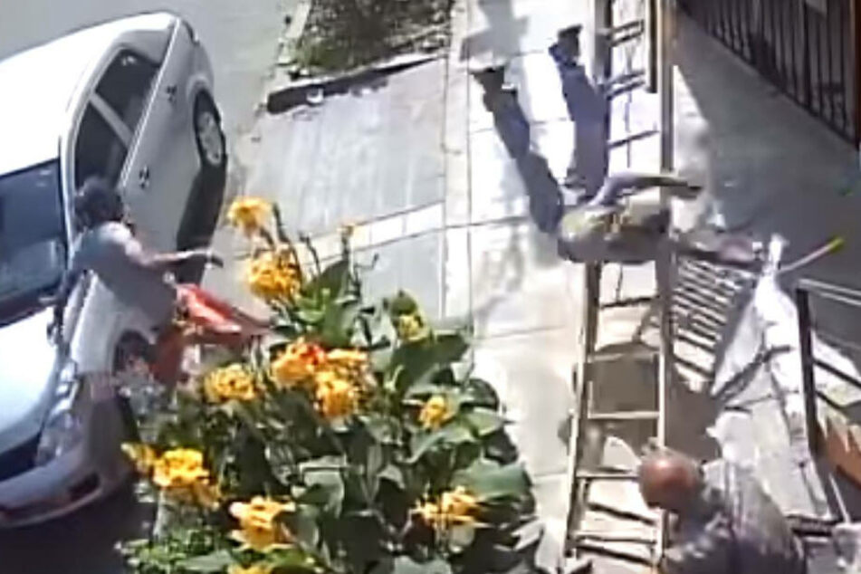 Maler stürzt neun Meter tief, weil Rollifahrer wütend seine Leiter umreißt, dann passiert das