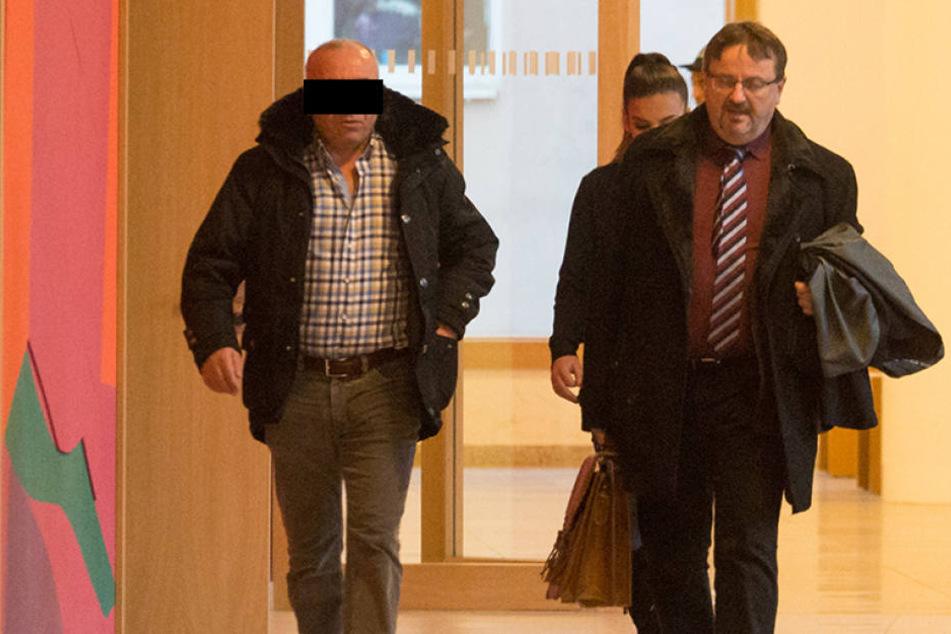 Vor einer Strafe kann den Döner-König von Dresden Hüseyin Ö. (48, l.)  wohl auch Star-Anwalt Prof. Endrik Wilhelm (54) nicht bewahren. Hier zum  Prozessauftakt im Amtsgericht Dresden.