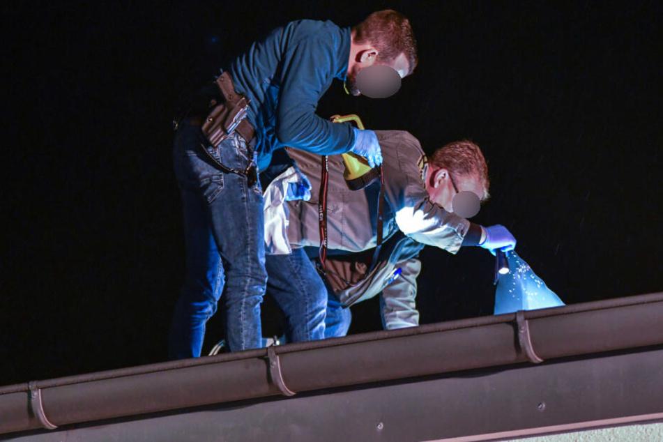 Die Ermittler suchten nach Spuren auf dem Dach.