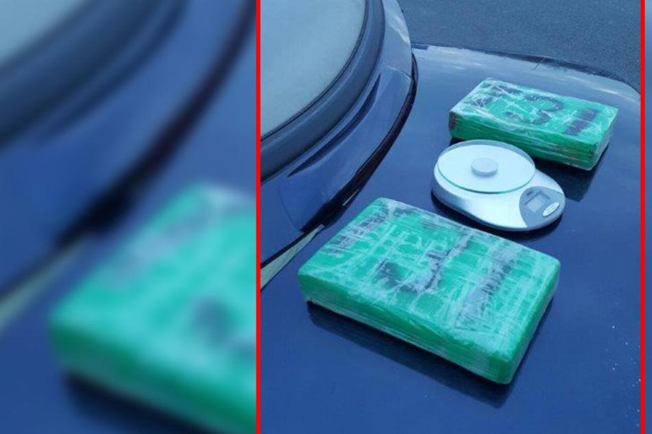 Zwei mit grüner Folie umwickelte Kokain-Pakete entdeckten die Zollfahnder in dem Cabrio.