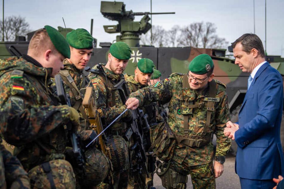 Brigadegeneral Gunnar Brügner (52, 2.v.r.) zeigt Staatssekretär Thomas Silberhorn (51, r.) die technischen Feinheiten der Gewehre G36 und MG5.