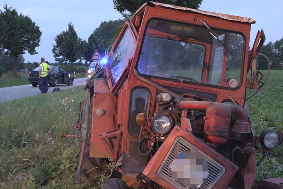 Das Auto kegelte den alten Traktor in den Straßengraben. Dieser blieb auf der Seite liegen und musste von der Feuerwehr aufgerichtet werden.