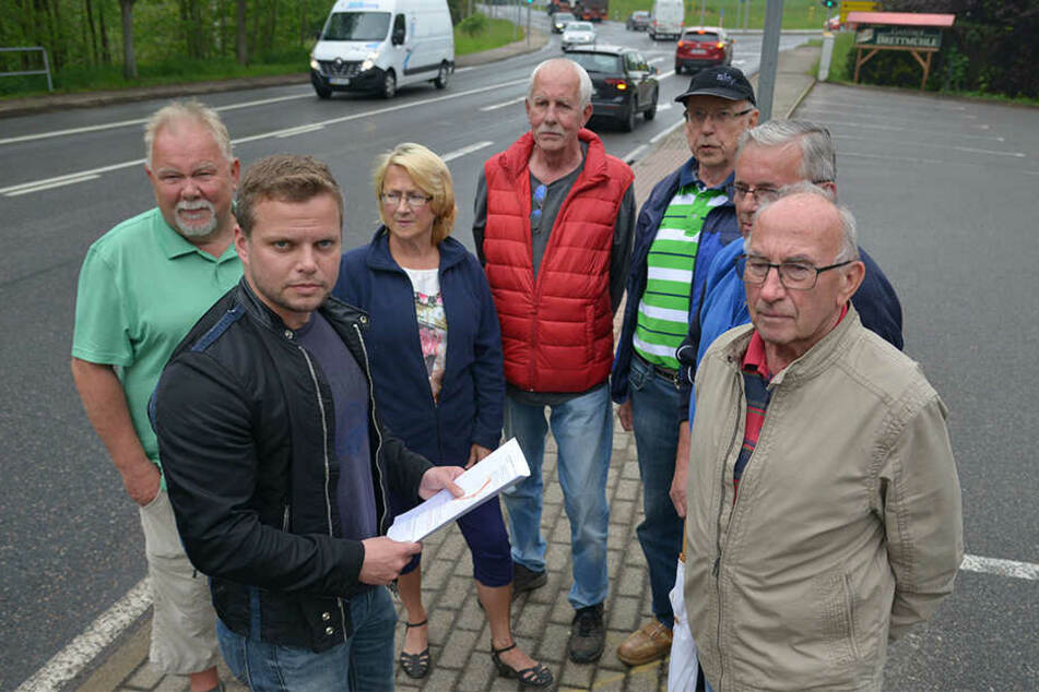 Anwohner an der B169 in Ebersdorf sind erbost über den Verkehrslärm. Michael Specht (CDU, 2.v.l.) will sich um Lärmschutz kümmern.