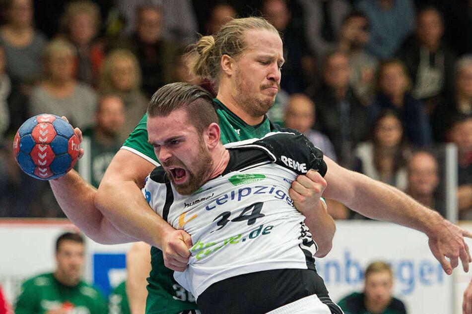 Es war ein echter Pokalfight. Hier versucht sich der Leipziger Alen Milosevic (v.) aus dem Haltegriff von Wetzlars Emil Berggren zu lösen.