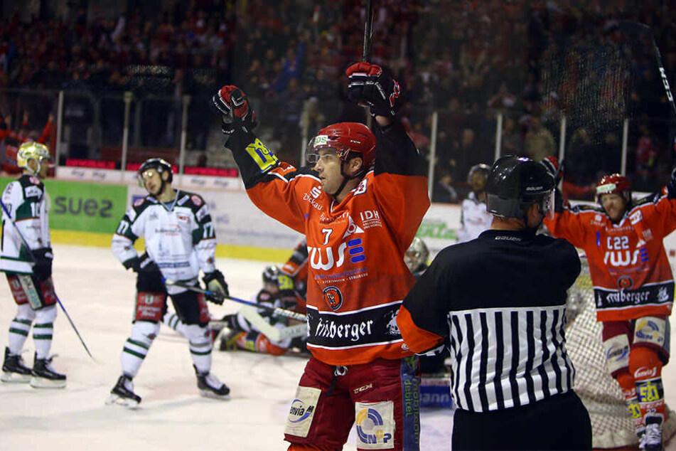Großer Jubel bei den Eispiraten! Janson Pinizzotto erzielte das 1:0 für Crimmitschau.