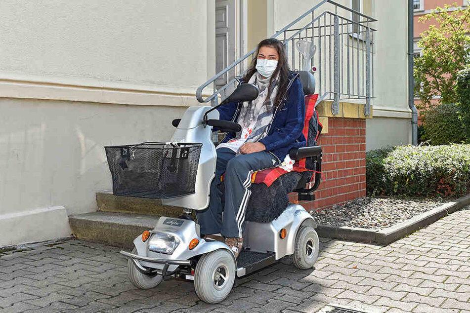 Monika Zabel braucht einen neuen Rollstuhl, der besser gepolstert ist.